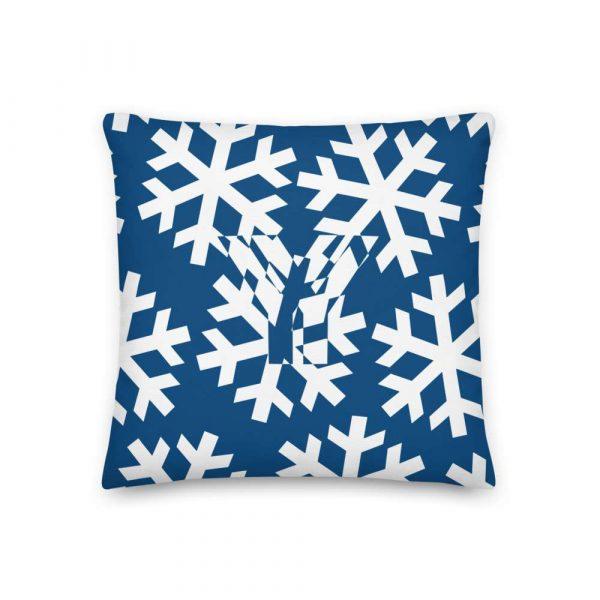 Sofakissen Schneeflocke weiß auf blau 1 mockup 7acf2e46