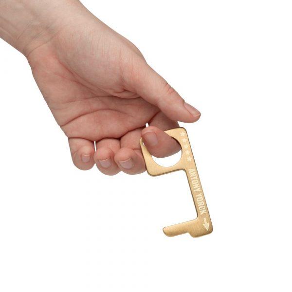 hygienehaken everyday carry no touch tool türöffner aus messing mit goldfarbe beschichtet und gravur spruch antony yorck foto 02