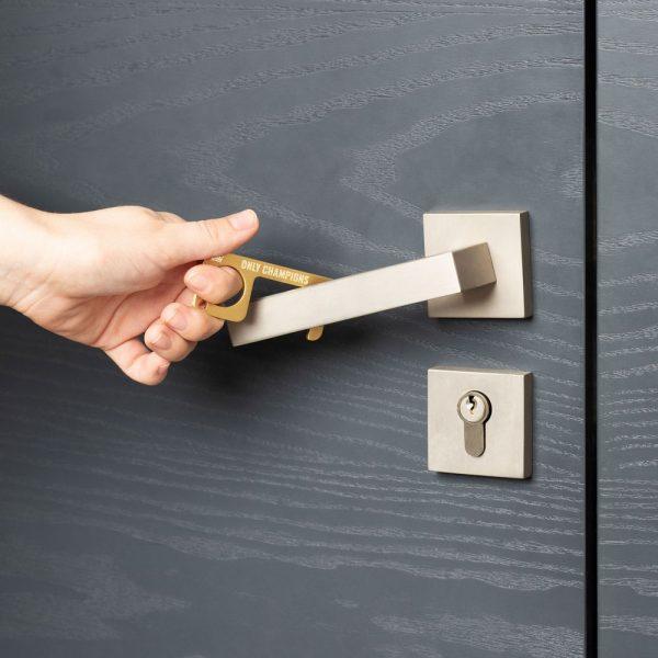 hygienehaken everyday carry no touch tool türöffner aus messing mit goldfarbe beschichtet und gravur spruch only champions foto 06