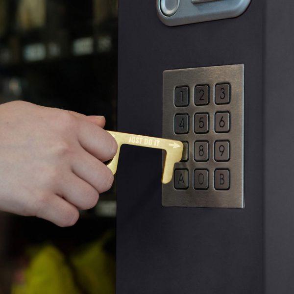 hygienehaken everyday carry no touch tool türöffner aus messing mit goldfarbe beschichtet und gravur spruch just do it foto 02