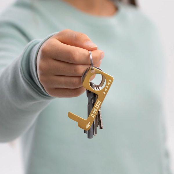 hygienehaken everyday carry no touch tool türöffner aus messing mit goldfarbe beschichtet und gravur spruch just do it foto 05