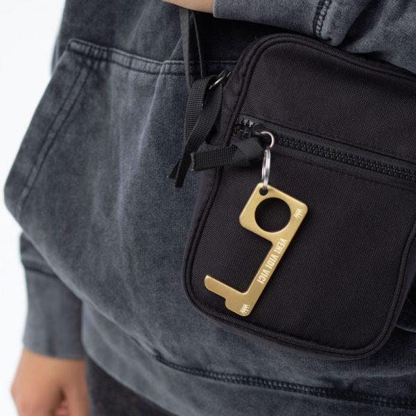 hygienehaken everyday carry no touch tool türöffner aus messing mit goldfarbe beschichtet und gravur spruch veni vidi vici foto 04