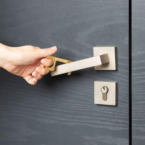 hygienehaken everyday carry no touch tool türöffner aus messing mit goldfarbe beschichtet und gravur spruch veni vidi vici foto 06