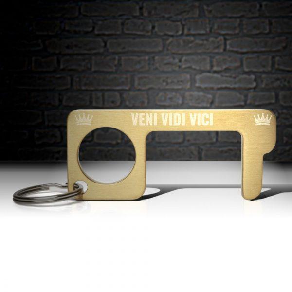 hygienehaken everyday carry no touch tool türöffner aus messing mit goldfarbe beschichtet und gravur spruch veni vidi vici foto 07